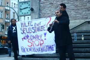 """Kundgebung """"Weihnachts Bio Knoblauch Romanes"""", Rathaus Neukölln Berlin, Dezember 2012."""